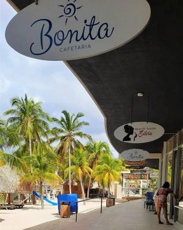 Shops and restaurants at Mambo Beach