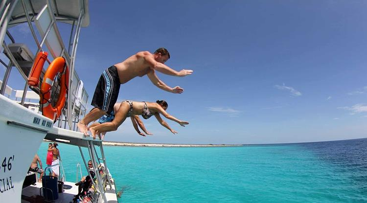 Klein Curacao - jump from the boat into the water